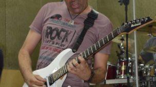 max souza tocando solo de guitarra