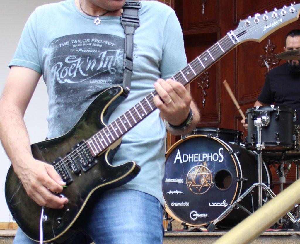 close do guitarrista no palco