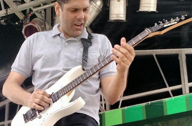 Para tocar guitarra precisa saber tocar violão? Veja dicas importantes