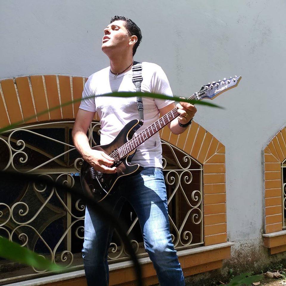 Max Souza tocando guitarra