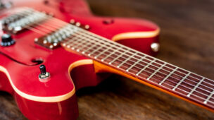 guitarra vermelha sobre a mesa
